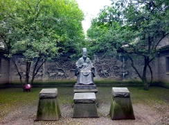 范钦铜像Fan Qin's bronze statue,背面是溪山逸马图 background is the sculptural work 'Horses on the stream'